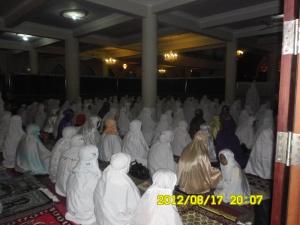 Terawih Di masjid atau musholla .. subhanallah !!!